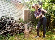 Donna che taglia legno a pezzi Immagine Stock Libera da Diritti