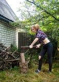 Donna che taglia legno a pezzi Immagine Stock