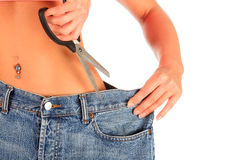 Donna che taglia per graduare i suoi vecchi jeans secondo la misura Immagine Stock Libera da Diritti