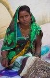 Donna che tesse un indumento in India fotografie stock