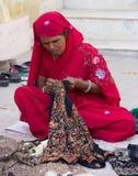 Donna che tesse un indumento in India immagini stock libere da diritti
