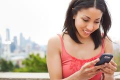 Donna che texting Fotografia Stock