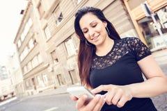 Donna che texting Immagine Stock