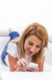 Donna che texting sul suo mobile Immagini Stock Libere da Diritti