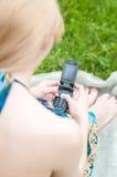 Donna che texting sul telefono mobile Fotografie Stock