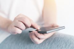 Donna che texting sul telefono mobile Fotografia Stock Libera da Diritti