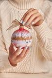 Donna che tiene bagattella dipinta a mano Immagini Stock