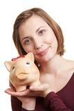Donna che tiene banca piggy a disposizione Fotografia Stock