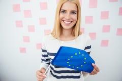 Donna che tiene bandiera europea Fotografie Stock Libere da Diritti