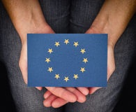Donna che tiene bandiera europea sulle sue palme Fotografia Stock