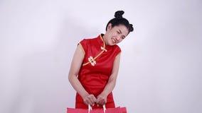 Donna che tiene borsa pesante sul nuovo anno cinese video d archivio