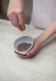 Donna che tiene Chia Seed Bowl At Counter immagine stock