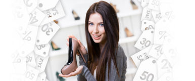 Donna che tiene di scarpa colorata di caffè Vendita nera di venerdì Immagine Stock