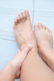 Donna che tiene dolore sinistro di manifestazione di ankleto nell'area della caviglia Fotografia Stock Libera da Diritti
