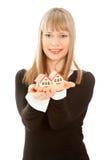 Donna che tiene due casa (fuoco sulla casa) Fotografia Stock Libera da Diritti