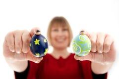 Donna che tiene due uova di Pasqua Fotografia Stock