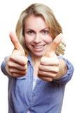 Donna che tiene entrambi i pollici in su Immagini Stock