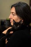 Donna che tiene gattino nero Immagini Stock