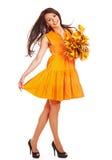Donna che tiene i fogli dell'arancio. Fotografia Stock