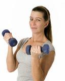 Donna che tiene i pesi dalle 5 libbre Immagine Stock Libera da Diritti