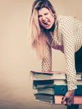 Donna che tiene i raccoglitori variopinti pesanti con i documenti Immagine Stock