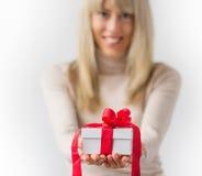 Donna che tiene il contenitore di regalo bianco fotografia stock
