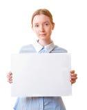 Donna che tiene il documento in bianco del segno Fotografie Stock Libere da Diritti