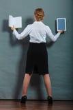 Donna che tiene il lettore tradizionale del libro elettronico e del libro Immagini Stock