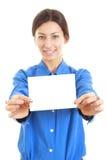 Donna che tiene il suo grande biglietto da visita in bianco con entrambe le mani Fotografia Stock Libera da Diritti