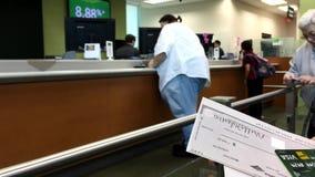 Donna che tiene l'assegno degli Stati Uniti per depositare stock footage
