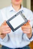 Donna che tiene l'azionamento semi conduttore veloce dello SSD Immagine Stock