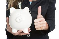 Donna che tiene la Banca Piggy Immagini Stock