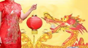 Donna che tiene la lanterna cinese del nuovo anno nella città della porcellana Fotografie Stock Libere da Diritti