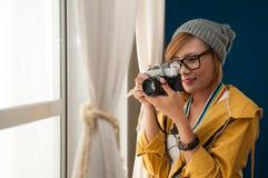 Donna che tiene la macchina fotografica Immagini Stock