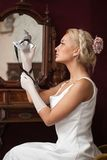 Donna che tiene la mascherina veneziana di carnevale Fotografia Stock Libera da Diritti