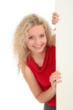 Donna che tiene la scheda in bianco del manifesto Fotografia Stock