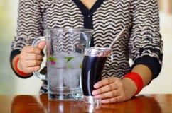 Donna che tiene la tazza tradizionale del compagno con la paglia tipica del metallo che attacca su, bevanda di erbe sudamericana  immagine stock libera da diritti
