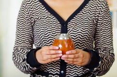 Donna che tiene la tazza tradizionale del compagno con la paglia tipica del metallo che attacca su, bevanda di erbe sudamericana  immagine stock