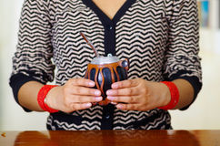 Donna che tiene la tazza tradizionale del compagno con la paglia tipica del metallo che attacca su, bevanda di erbe sudamericana  fotografia stock libera da diritti