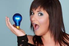 Donna che tiene lampadina Fotografie Stock Libere da Diritti