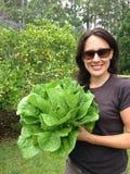 Donna che tiene lattuga organica fotografie stock libere da diritti
