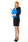 Donna che tiene lavagna per appunti blu Immagini Stock