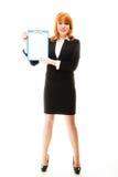 Donna che tiene lavagna per appunti blu con lo spazio in bianco Immagini Stock