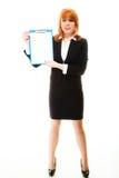 Donna che tiene lavagna per appunti blu con lo spazio in bianco Fotografie Stock Libere da Diritti