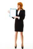 Donna che tiene lavagna per appunti blu con lo spazio in bianco Fotografia Stock