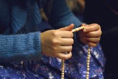 Donna che tiene le perle indiane in sue mani Immagine Stock