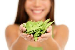 Donna che tiene le taccole verdi fresche in mani Immagine Stock