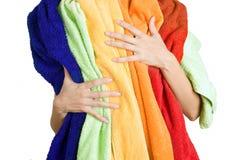 Donna che tiene molta lavanderia variopinta in sue mani, o isolata immagine stock
