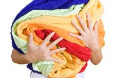 Donna che tiene molta lavanderia variopinta in sue mani, o isolata fotografia stock