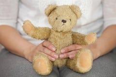 Donna che tiene orso toyy Immagini Stock Libere da Diritti